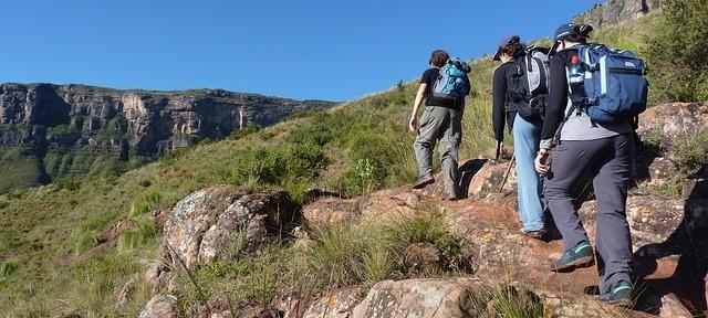 hiking-76874_640-640x288.jpg